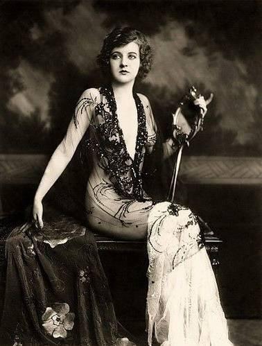 Pendant  les années folles (1920s), les femmes sont devenues de plus en plus égale