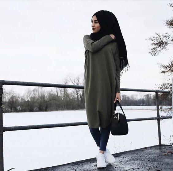 Mode femme musulmane portant le voile pourpre ou un foulard avec veste et ligne jupe Outfit incluent la conception plate et énoncés Version Cartoon
