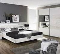chambre a coucher avec mur taupe sur contraste blanc