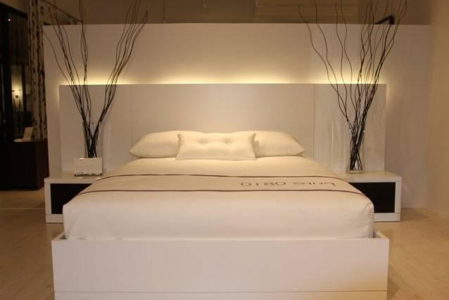 Très élégante chambre à coucher de fabrication française de haute qualité, un ensemble conçu en bois et en métal dans un style contemporain