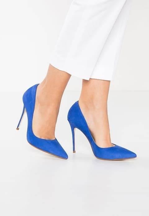 Chaussures Et Embrayage De Couleur Bleu Foncé Avec Une Bouteille De Parfum Noir