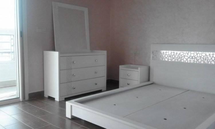 Chambre a coucher italienne en cuir noir et bois avec 2 chevets une commode avec son miroir disponible en tres bon etat ( utilisée 6mois ) achetés a 14 900