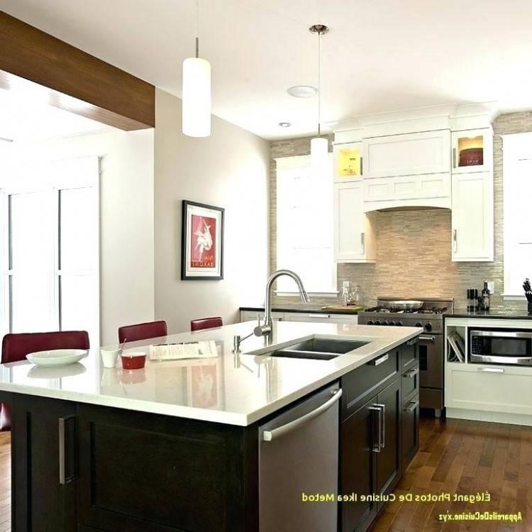 La cuisine est avec un angle cassé au niveau de la plaque de cuisson