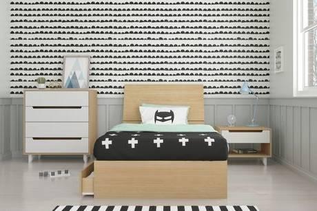Plantes en intérieur de chambre à coucher blanc naturel avec lit entre tabouret en bois et placard — Image de photographee