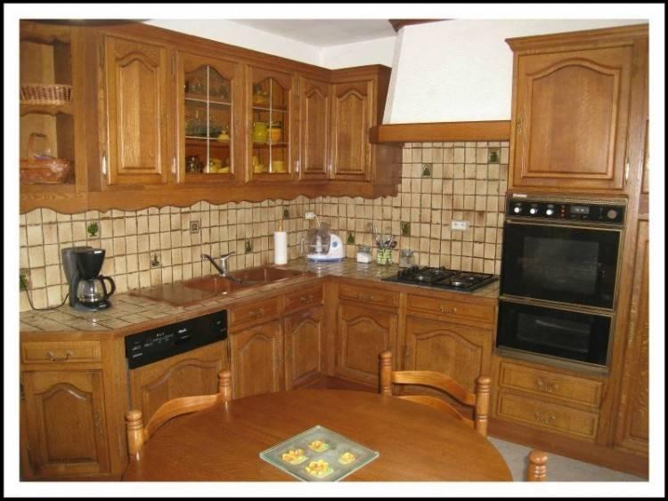 Peinture bleu azur sur les murs et meubles bruts, on adore cette cuisine moderne et pratique