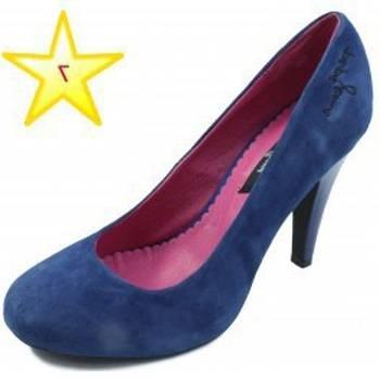 Jean bleu et chaussures à talons compensés sont de rigueur pour Zoe Saldana