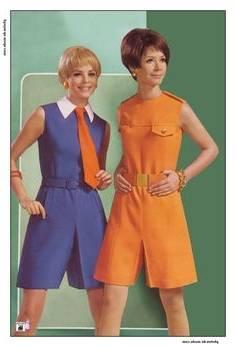 Gens qui dansaient ensemble disco avec les hommes et les femmes en  vêtements de mode des années 70, isolé sur fond blanc