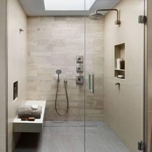 Carreaux de sol gris assortis avec les murs et la déco