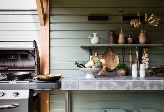 Alors que plusieurs modèles nous font rêver, sachez qu'il est tout de même  possible d'arriver à créer une belle cuisine extérieure à petit prix