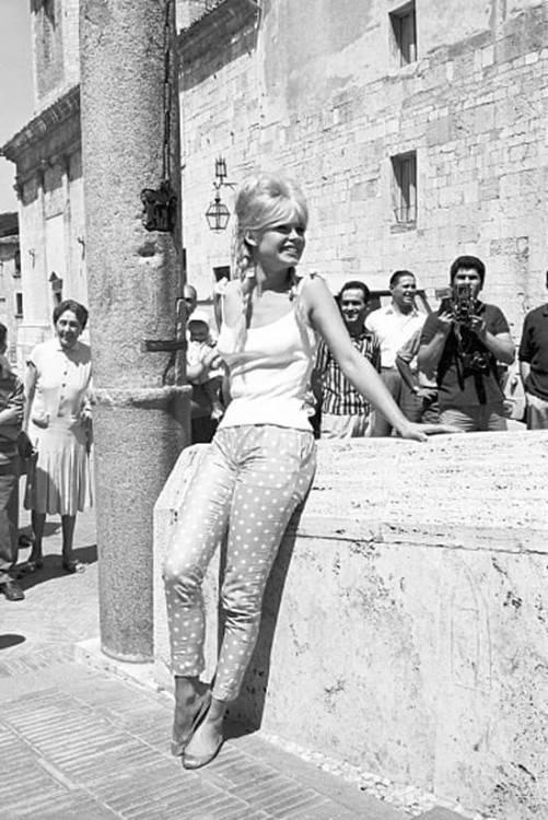 J'ai choisie le thème de l'émancipation des femmes, les mobylettes et de la mode des sixties