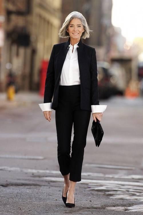 Enthousiaste Femme âgée De 40 Ans De La Mode De Porter Des Vêtements Chauds  En Automne