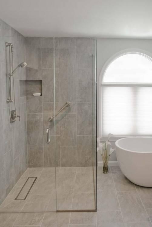 Une grande salle de bains avec douche à l'italienne et baignoire