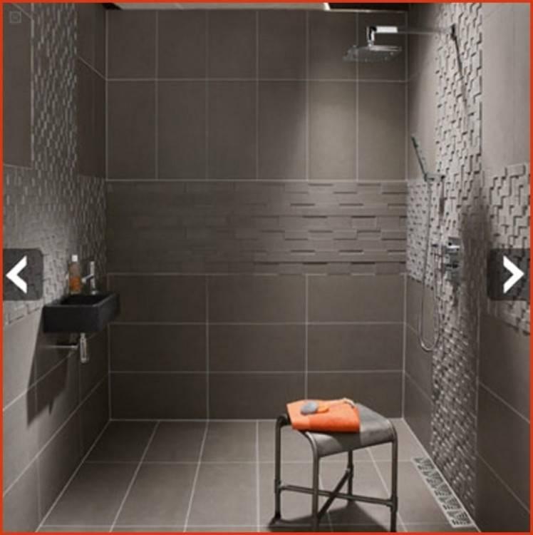 Spacieuse salle de bains moderne avec verre simple marcher dans la douche, miroir, lavabo blanc et mur de carreaux de marbre noir brillant avec espace de