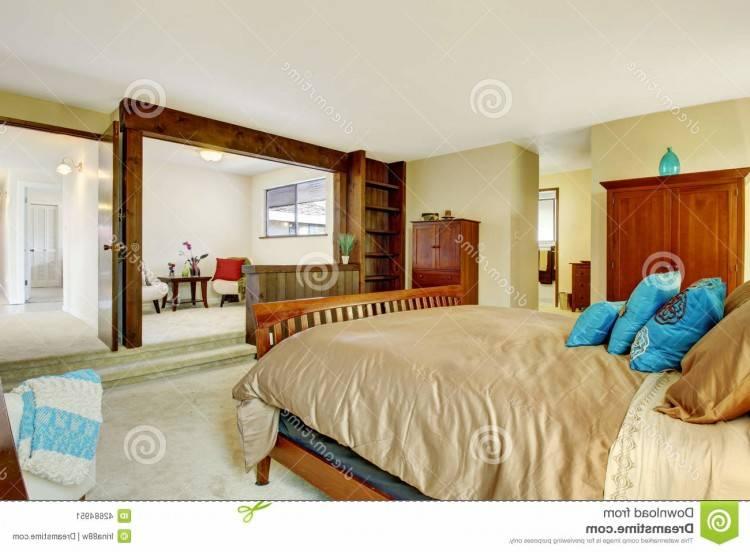 lit confortable avec des coussins colorés et literie blanche — Image de iriana88w