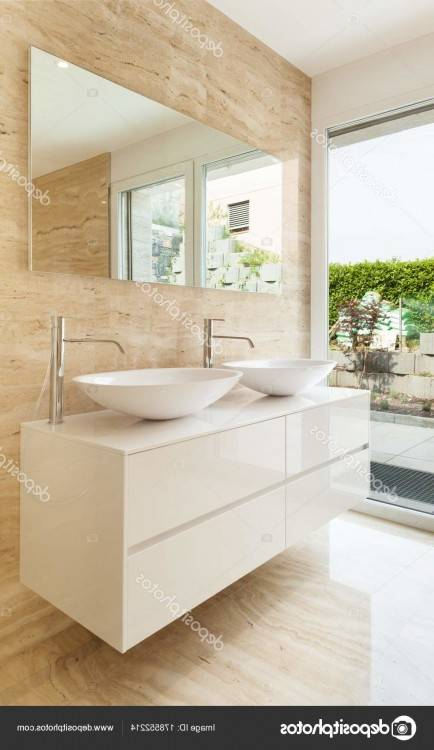 Salle de bains moderne classique bleue et blanche