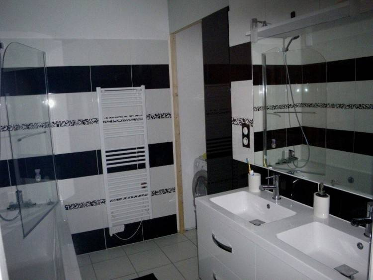 Cette salle de bain principale a 2 lavabos,