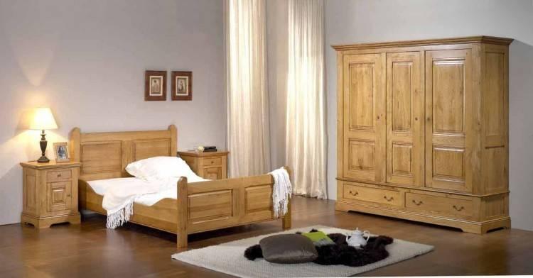 Intérieur de chambre à coucher de l'enfant naturel, lumineux avec des  meubles en bois, des accessoires design et des affiches sur un mur blanc —  Image de