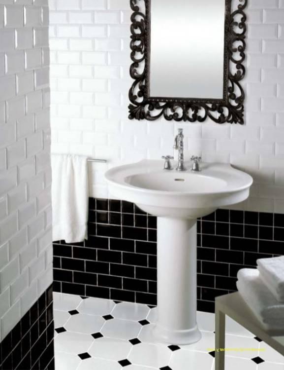 Sol carrelé noir sur la frontière en carrelage dans salle de bains moderne pourvue d''une double vasque en marbre sol carrelé coiffeuse avec placard de