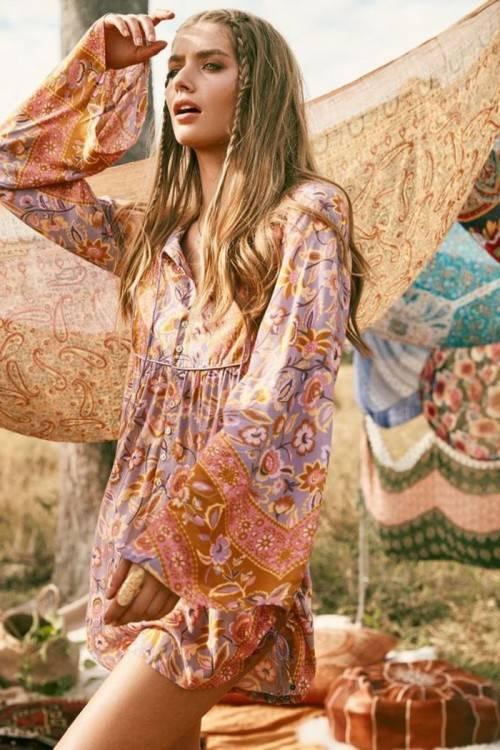 Vanessa Hudgens en mode hippy chic au festival de Coachella