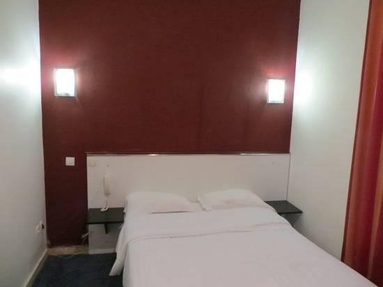 Dans une chambre à coucher appartement à louer Airbnb 16e arrondissement à  Paris