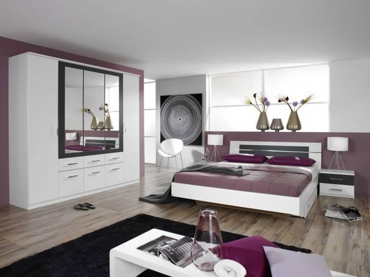 Une chambre très fonctionnelle avec d'une part un ensemble panneau tête de lit pour une literie de 160 ou deux lits de 90 et d'autre part un ensemble