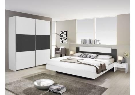 Chambre à coucher moderne avec quatre carré en acier inoxydable blanc sur le mur gris de l'intérieur, oreillers et serviettes sur le lit avec lampe en bois