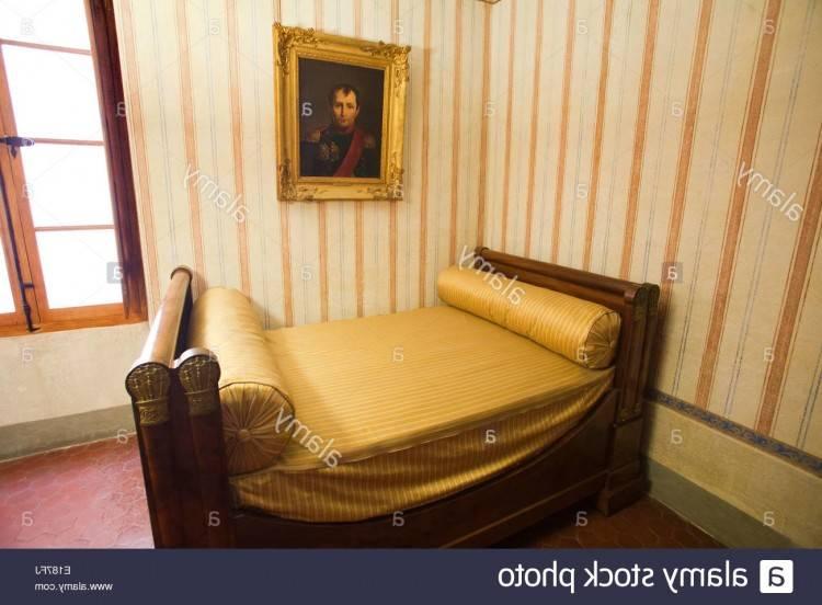 Chambre à coucher contemporaine dans une maison ancienne (France)