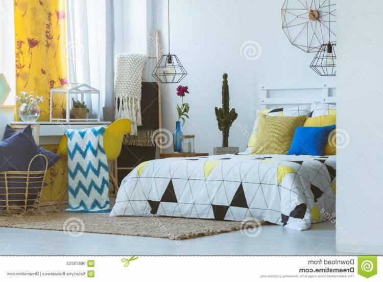 Tourné d'une chambre à coucher moderne bleu et jaune