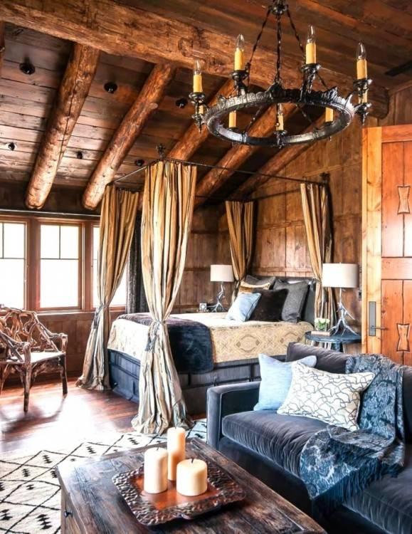 Swing dans un intérieur de chambre à coucher rustique avec roi lit, graphiques, plantes et paniers de paille — Image de photographee