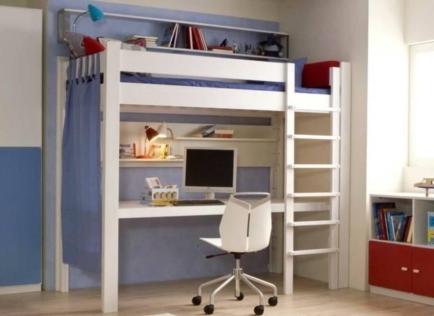 Chambre à coucher avec salle de bains et petit bureau