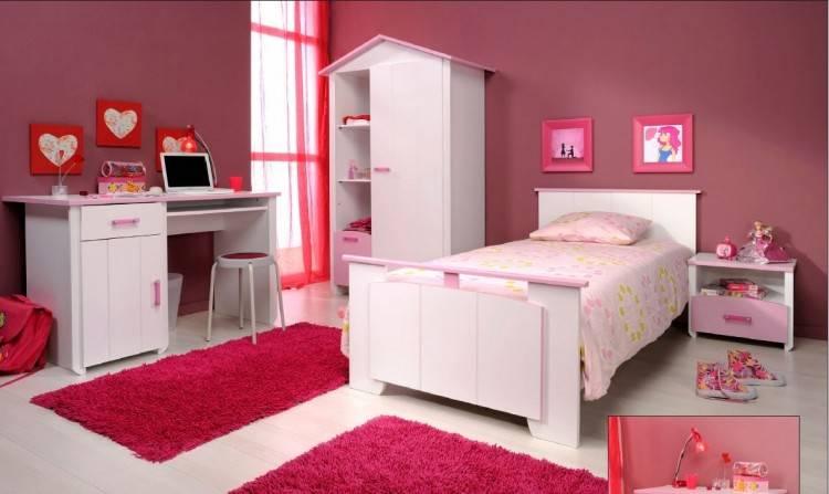 Mobilier en bois pour chambre enfant avec draps de lit jaune
