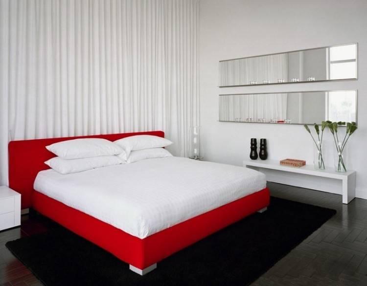 Le rouge, plus le noir sont les teintes vives qui fournissent aux chambres un look contemporainou moderne, même si elles sont atténuées pour des conceptions