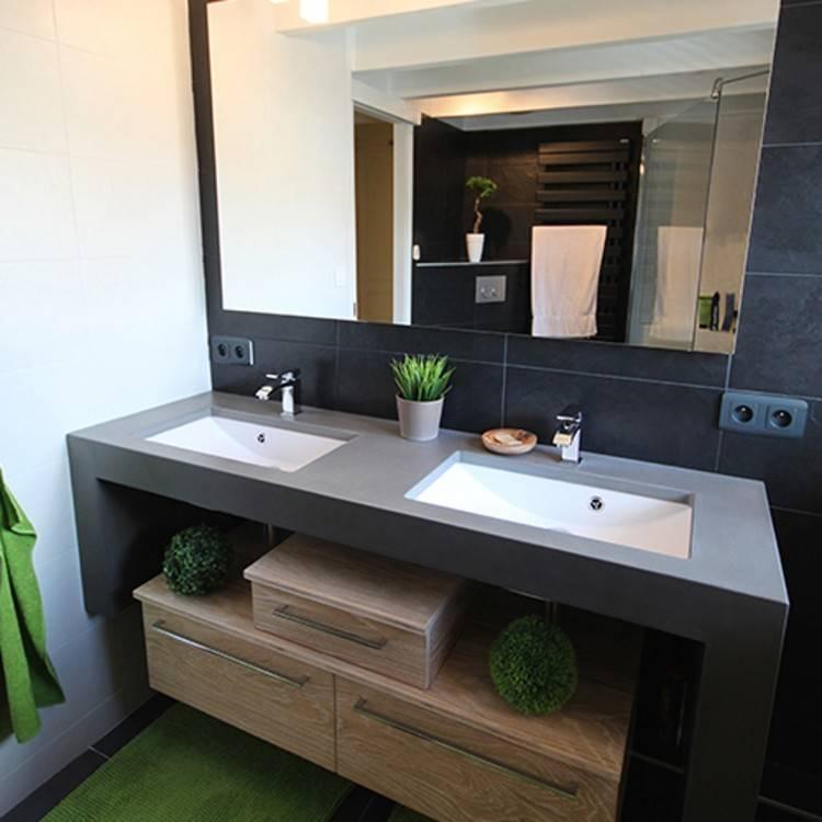 Une salle de bain moderne dans une habitation ancienne
