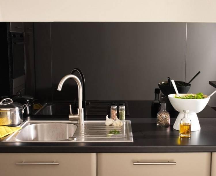 Un plan de travail cuisine résistant et esthétique en gris béton