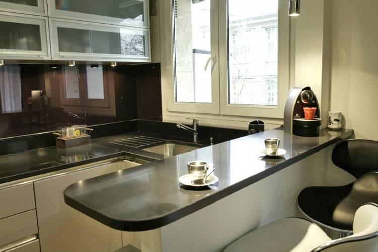 Si ces deux fausses couleurs vous attirent, misez sur la cuisine noire et blanche