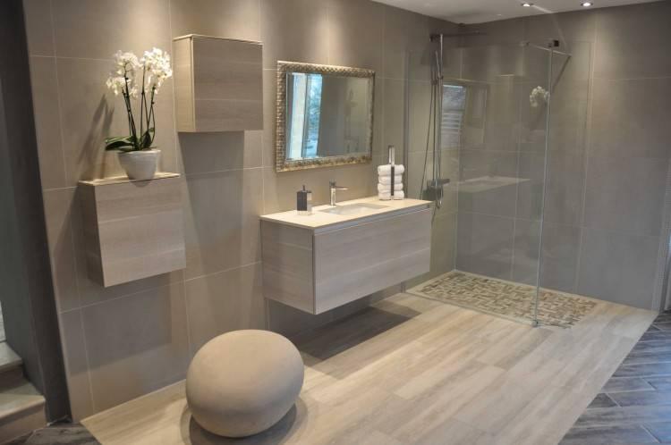 salle de bain moderne grise avec carrelage