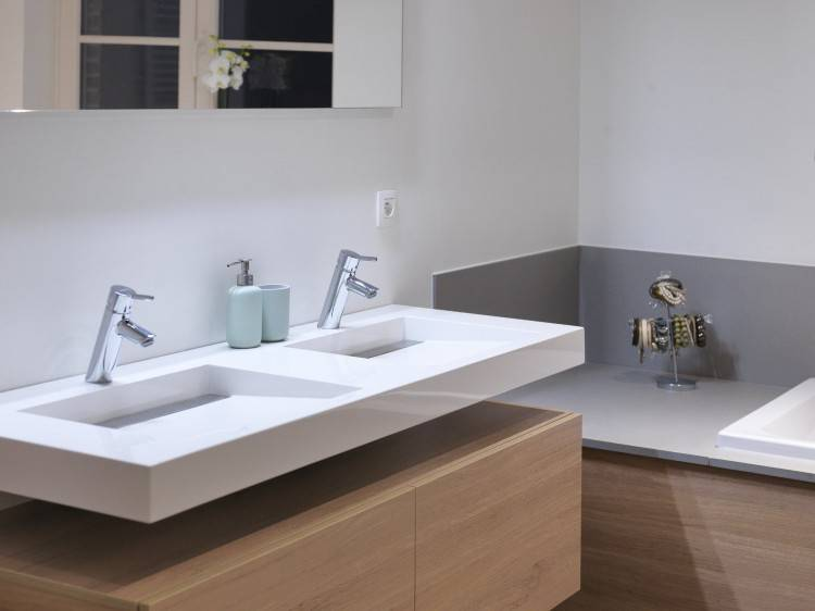 L'encadrement de baignoire a été fini avec la même couleur de plaque supérieure, de sorte que la salle de bain rayonne l'unité et la tranquillité