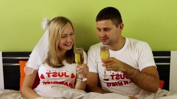 Futurs mariés, donnez du charme et de l'allure à votre chambre à coucher  grâce à ce drap brodé + 4 taies d'oreillers à 1300 DH au lieu de 2500 DH  chez