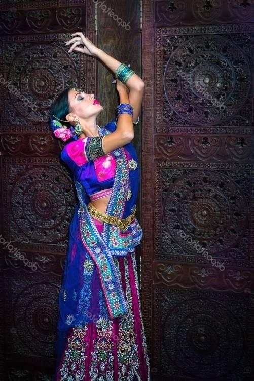 Jeune femme indienne heureuse mignonne dans la fin de studio vers le haut  du sourire heureux, sourire adorable de mulâtre de mode, fin de concept de
