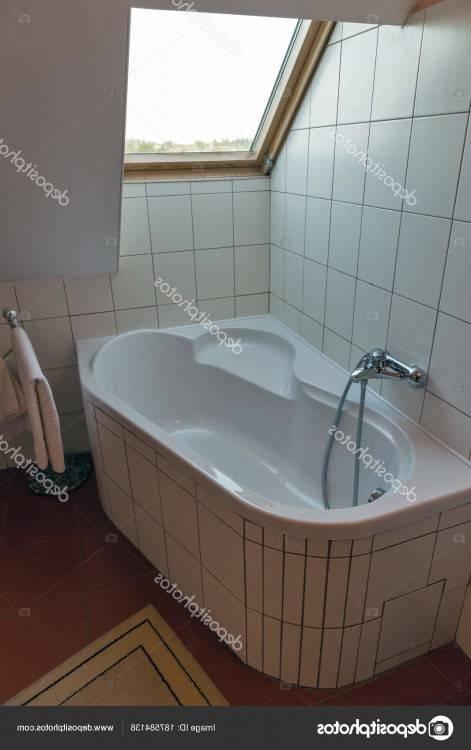 Salle de bains baignoire d'angle moderne blanc douche à l''écran de douche en briques de verre intérieur carrelage noir brillant reflet monochrome douches