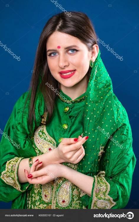 Belle jeune femme indienne posant dans un contexte urbain