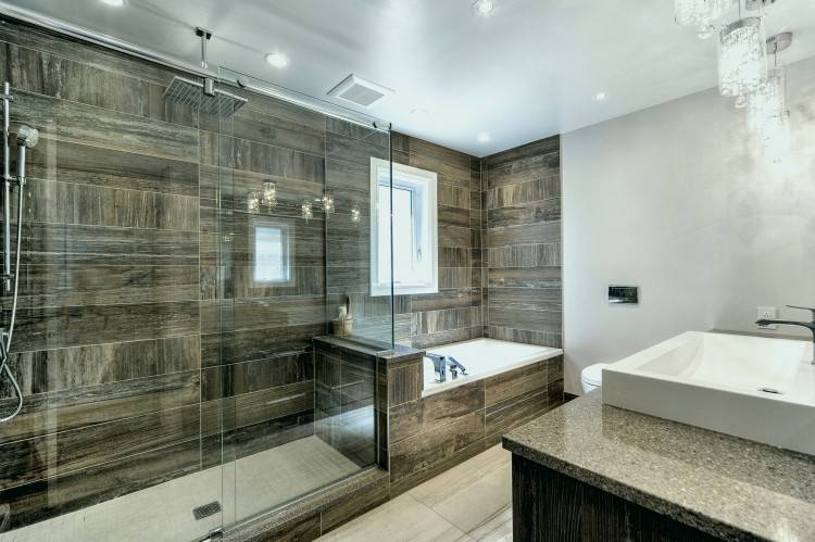 Salle de bain contemporaine, meuble vasque en bois, douche à l'italienne