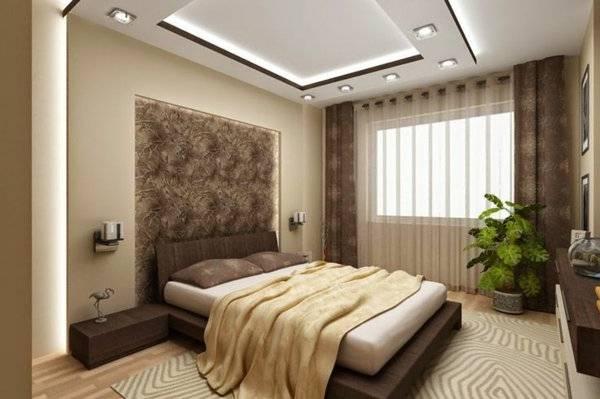 Angle intérieur de chambre à coucher blanc et beige avec un lit double,  plusieurs tables de chevet, une armoire en bois et de grandes fenêtres avec  rideaux