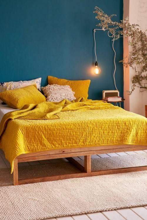 les murs gris et d'avoir des accessoires bleu et jaune