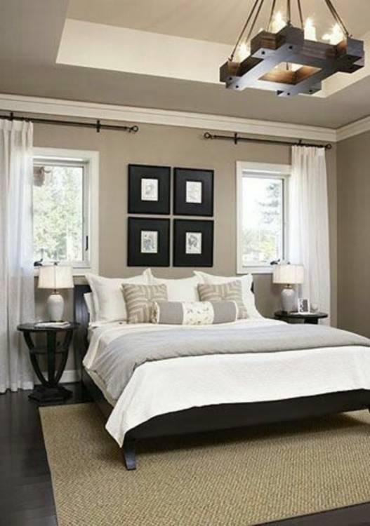La lumière vive de l'intérieur chambre à coucher moderne minimaliste avec  un lit king size en dessous d'une rangées de fenêtres sur un parquet de  couleur