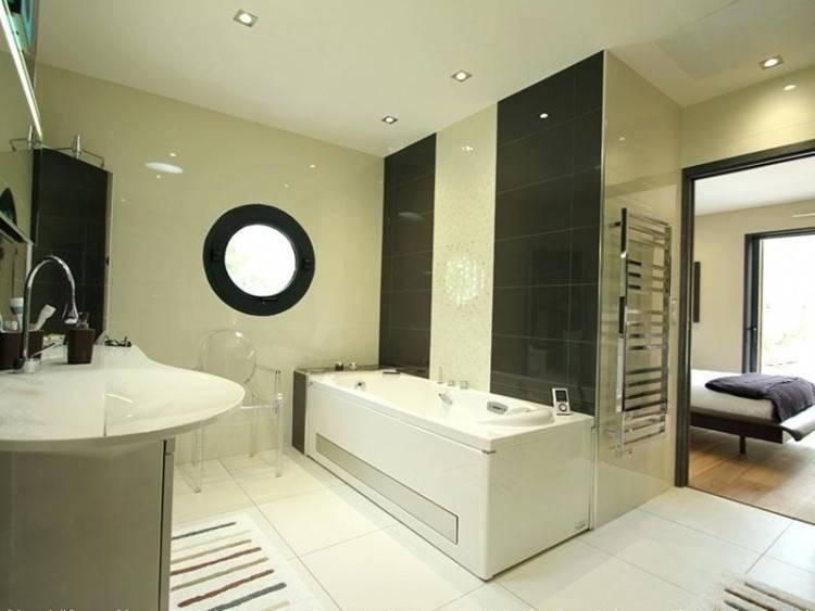 Salle de bains, chic et moderne avec dressing
