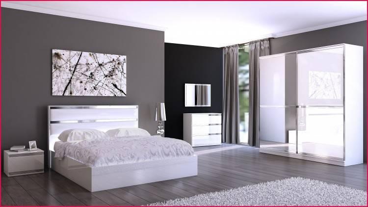 Chambre à coucher spacieuse avec lit double blanc, linge de lit en blanc