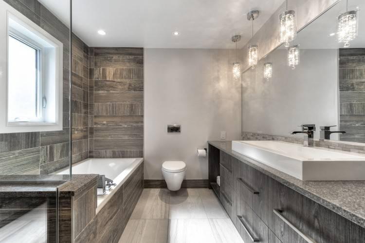 En simple revêtement de sol, se prolongeant vers une douche italienne ou en  total look, le béton ciré est ne manque pas de caractère