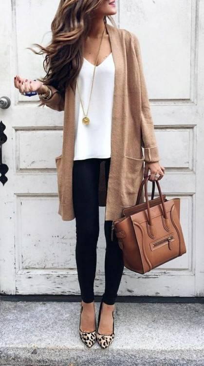 Belle jeune femme brune avec longs cheveux et glamour maquillage