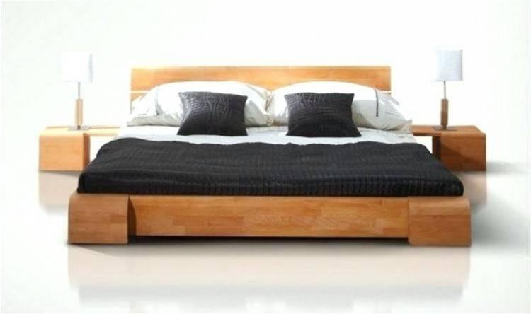 decoration chambre fille, tapis, lit, tête de lit et coussins rose, couverture de lit blanche et coussins roise et blancs, parquet en bois,